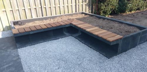 jorrit-hoekstra-tuinverzorging-tuinonderhoud-kiezelstenen-plantenbakken-zitbankjes