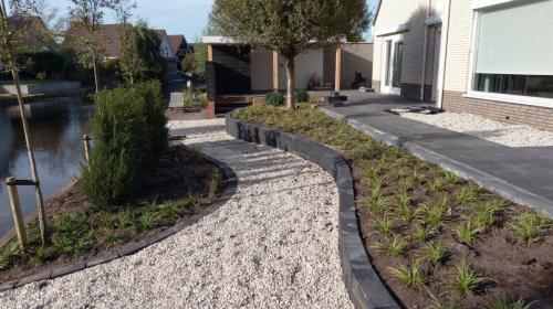 jorrit-hoekstra-tuinverzorging-tuinonderhoud-terras-gebogen-muur-plantjes
